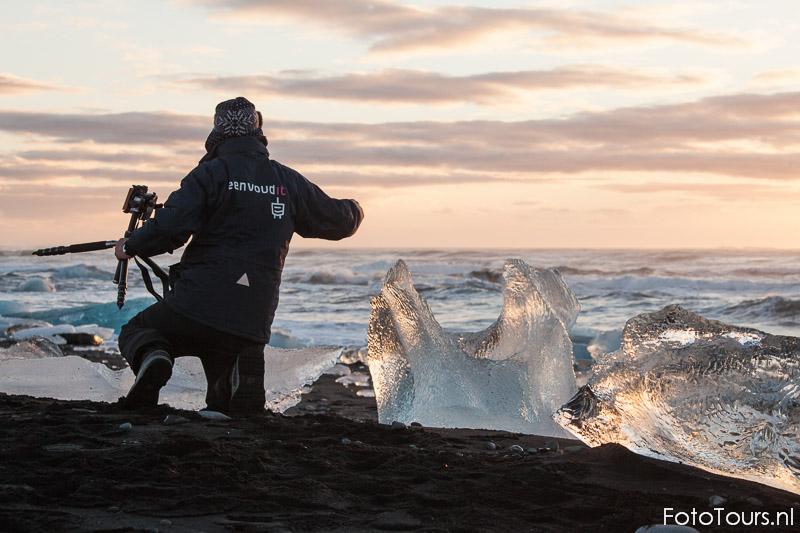 Deelnemer workshop IJsland bij Jokulsarlon ijsbergenmeer | © Anne van Houwelingen | FotoTours.nl
