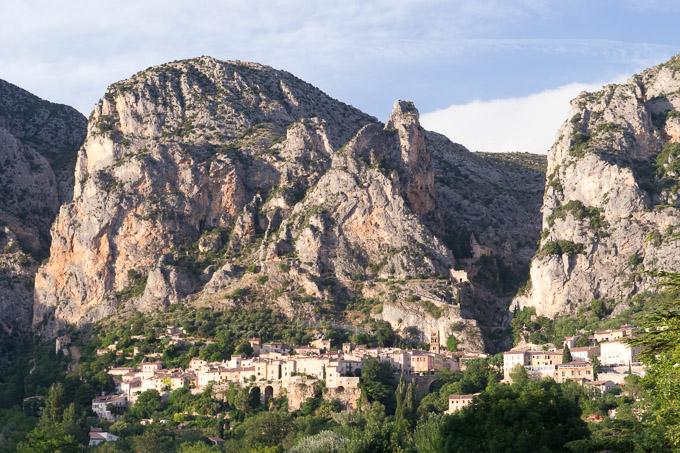 Het stadje Moustiers in de Provence, Frankrijk