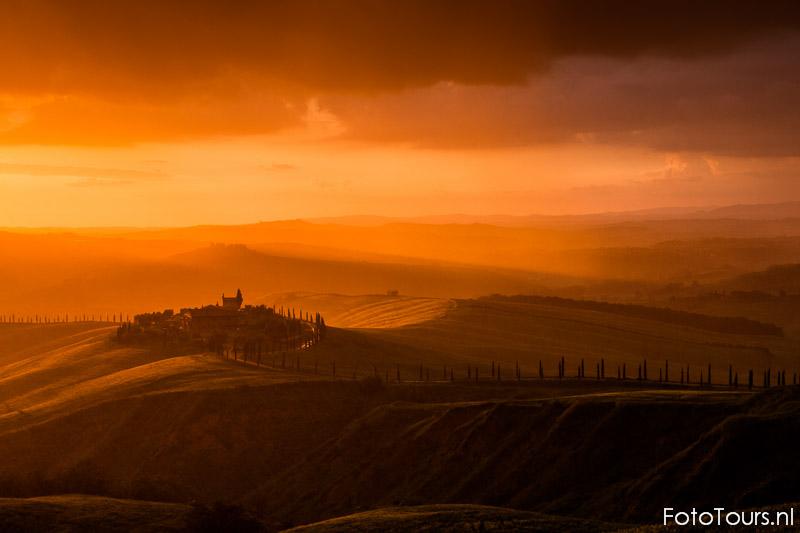 Toscane boerderij bij zonsondergang in regenbui | © Anne van Houwelingen | FotoTours.nl