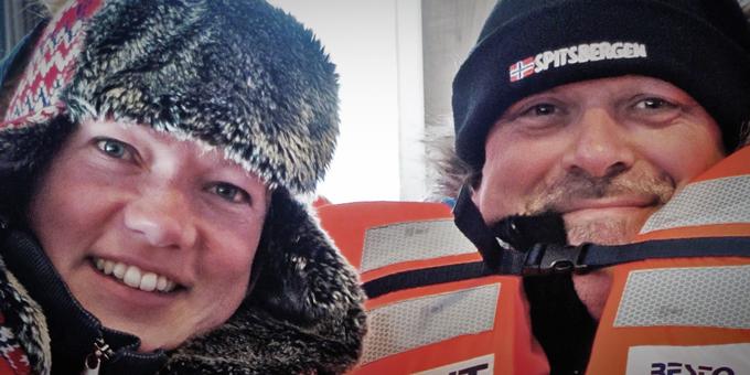 Fotoreizen van FotoTours.nl worden begeleid door Elly (reisleider) en Anne (workshopleider). Hier staan ze op de foto tijdens een sloepenrol, tijdens een bootreis rond Spitsbergen